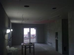 Všechny kabely jsme smotali do podhledu a zůstal nám jeden poslední, který se schovávat nebude. Tam bude viset lustr nad jídelním stolem.