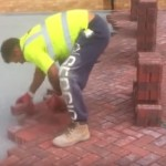 Video: Jak pokládá zámkovou dlažbu profesionál.