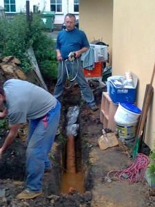 Druhý konec trubky se bude napojovat do kanalizace později.