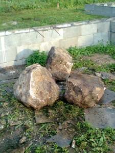 Kameny byly ošklivé, takže jich ani nebyla škoda.