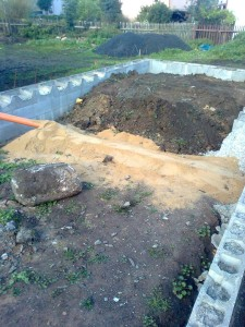 Kromě zásypu bylo nutné shora zasypat pískem kanalizaci, aby se nepoškodila.