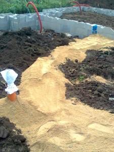 Bagr zasypal zadní část kanalizace pískem,...
